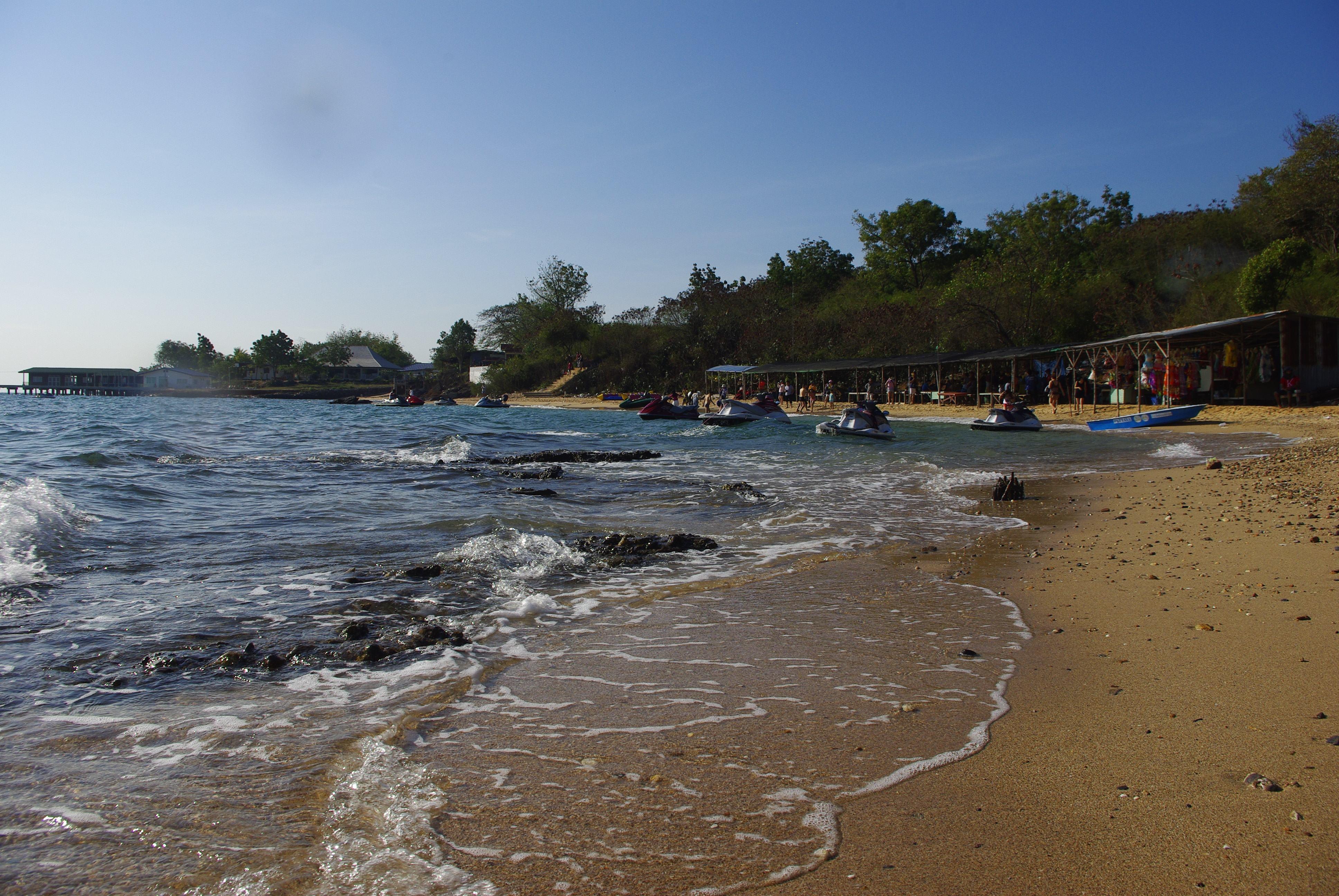 在游玩精彩刺 激的水上活动后,我们前往【金沙岛】享受惬意的海边休